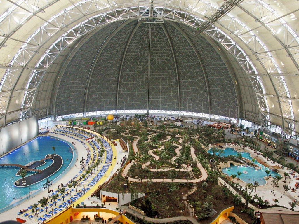 Verdens største innendørs badeanlegg, Tropical World fem mil utenfor Berlin.